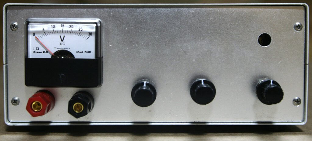 Fuente de alimentación de laboratorio, vista frontal